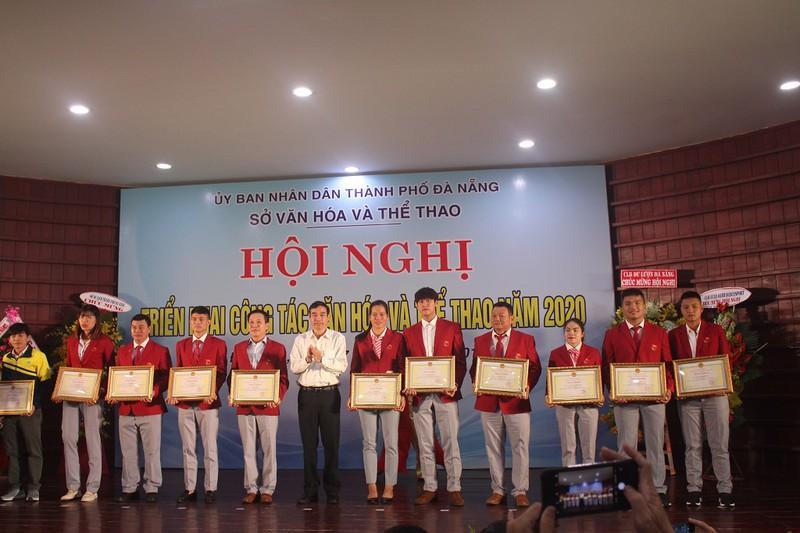 Ông  Lê Trung Chinh, Phó Chủ tịch UBND TP Đà Nẵng, trao thưởng cho các VĐV, HLV đạt thành tích cao tại Sea Games 30. Ảnh: TA