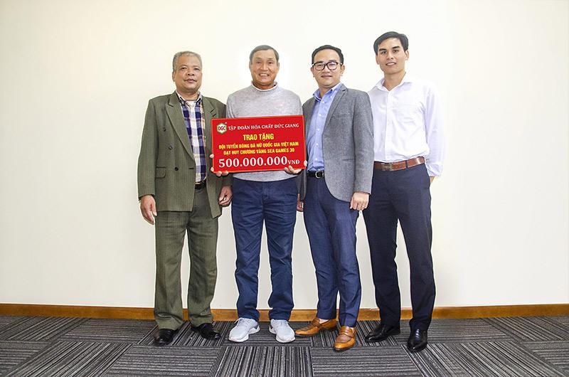 Đại diện doanh nghiệp Đức Giang trao bảng tượng trưng tiền thưởng cho tuyển nữ Việt Nam.
