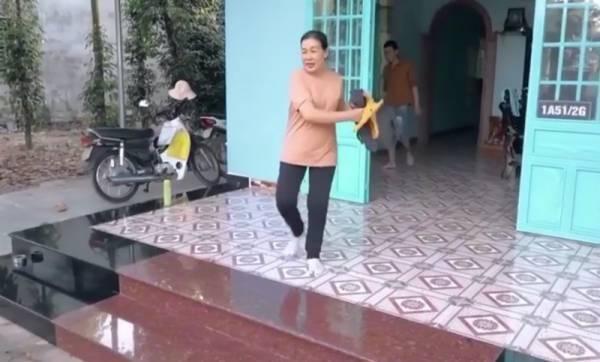 Đứa con Ƅį. mẹ vứt quần áo ra khỏi nhà.
