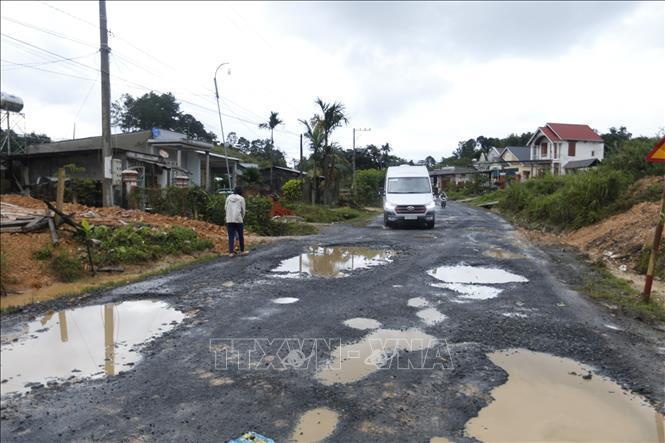 Một trong nhiều đoạn đã xuống cấp nghiêm trọng trên Quốc lộ 27 (Lâm Đồng), ảnh chụp năm 2019. Ảnh: Đặng Tuấn/TTXVN