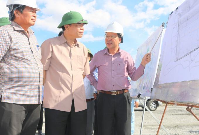 Bộ trưởng Bộ NN-PTNT Nguyễn Xuân Cường thị sát hệ thống thủy lợi Tân Mỹ. Ảnh: Kim Sơ.