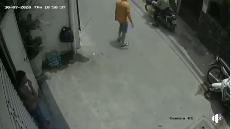 Anh chàng đi theo chú xe ôm công nghệ sau khi xe được quay đầu. (Ảnh: Cắt clip)