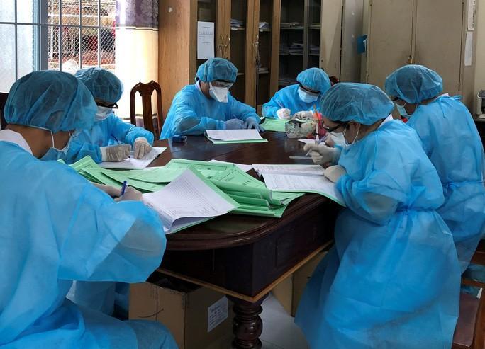 Bác sĩ điều trị, theo dõi bệnh Covid-19 tại Bệnh viện Lao và Bệnh phổi Đắk Lắk. Ảnh N.P.L