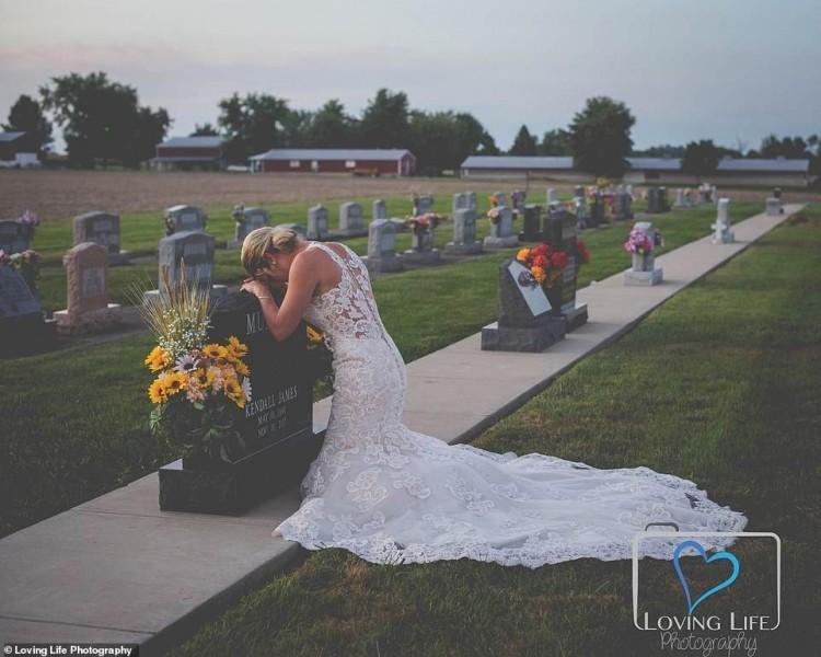 Jessica mặc váy cưới chụp ảnh bên bia mộ vị hôn phu. Ảnh: Loving Life