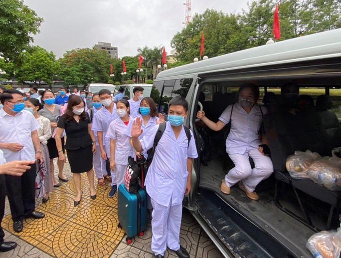Các bác sĩ Hải Phòng lên đường đến Đà Nẵng. (Ảnh: Người lao động)