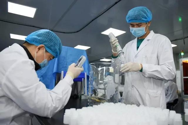 Các bác sĩ đang thực hiện công tác điều trị Covid-19. (Ảnh: Dân trí)