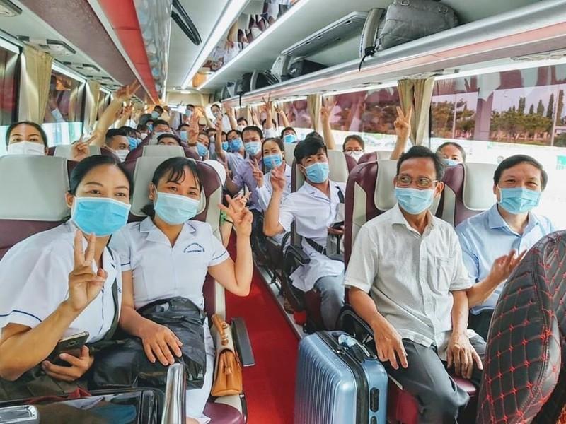 Đội ngũ y bác sĩ Hải Phòng trên xe vào Đà Nẵng. (Ảnh: Pháp Luật)