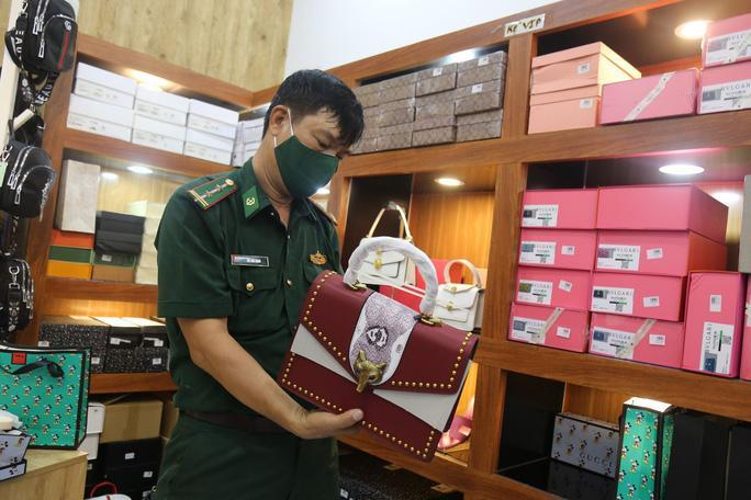 Lực lượng chức năng đang kiểm tra kho hàng Nguyễn tại huyện Long Điền, Bà Rịa-Vũng Tàu