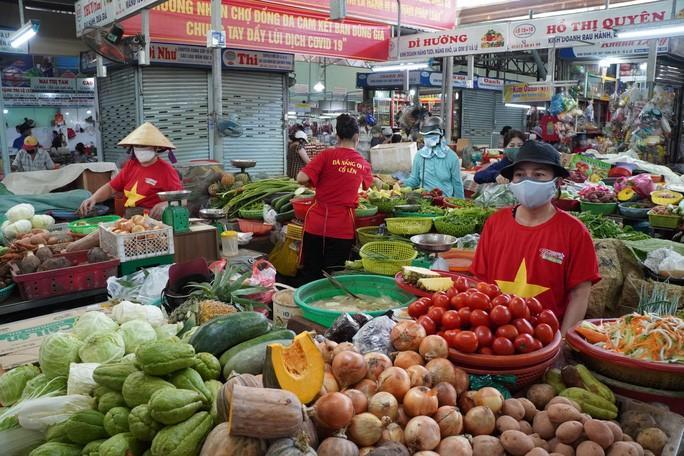 Tiểu thương chợ Cồn (Đà Nẵng) mặc áo cờ đỏ sao vàng thể hiện quyết tâm đẩy lùi dịch bệnh Covid-19 - Ảnh: BÍCH VÂN