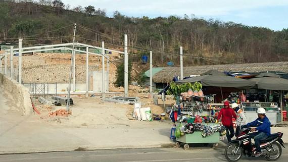 Một công trình không phép xung quanh khu vực dự án Tổ hợp Hóa dầu miền Nam. Ảnh: QUANG VŨ