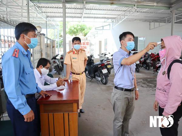 Tổ liên ngành kiểm soát dịch COVID-19 đo thân nhiệt và hướng dẫn hành khách khai báo y tế tại Ga Tháp Chàm.