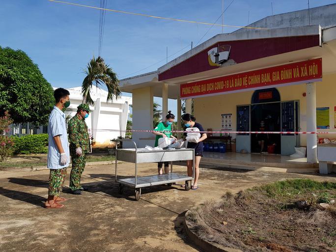 Nhận thức ăn ở khu cách ly y tế tập trung tại Trung đoàn Bộ binh 896.