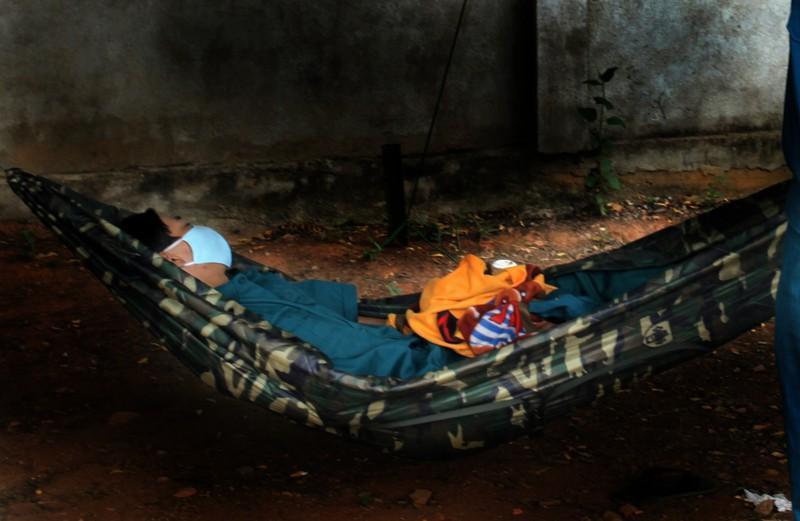 Giấc ngủ của một dân quân trẻ trong khu cách ly ở Ninh Thuận. Ảnh: NÚI XANH