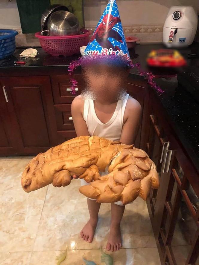 Còn đây là bánh mì cá sấu khi đặt mua...