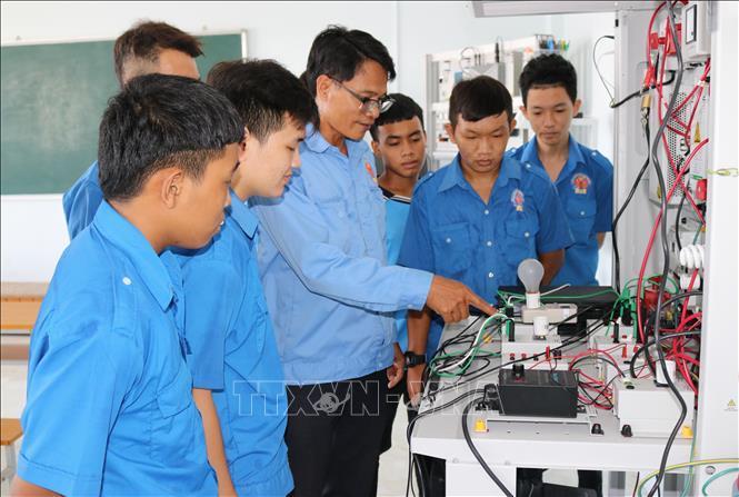 Học viên trường Cao đẳng nghề Ninh Thuận thực hành mô hình hệ thống chuyển đổi năng lượng điện gió.