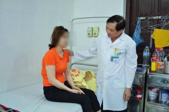 Bác sĩ thăm khám cho bệnh nhân tại Viện Sức khỏe tâm thần, Bệnh viện Bạch Mai. Ảnh: Thế Anh.