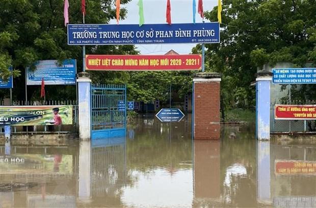 Trường học ở xã Phước Hải, huyện Ninh Phước bị nước lũ tràn vào. (Ảnh: Công Thử/TTXVN)