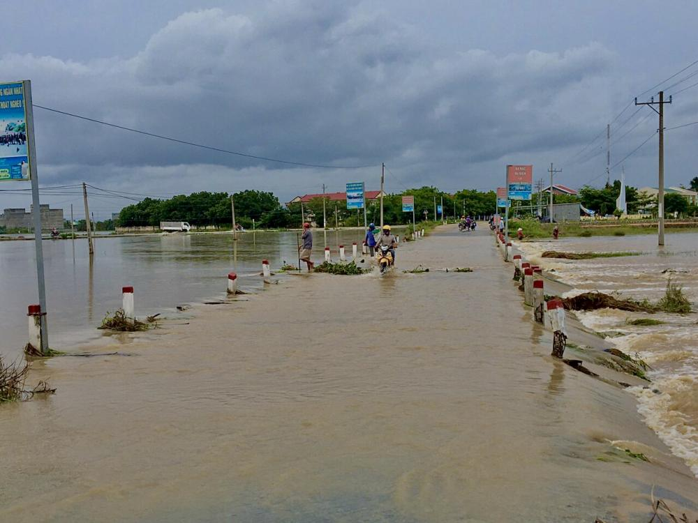Người dân đường dẫn vào thôn Từ Tâm, xã Phước Hải, huyện Ninh Phước bị ngập cục bộ lúc khoảng 5h đến thời điểm này nướ đã tam rút. (Ảnh: Quốc Hải).