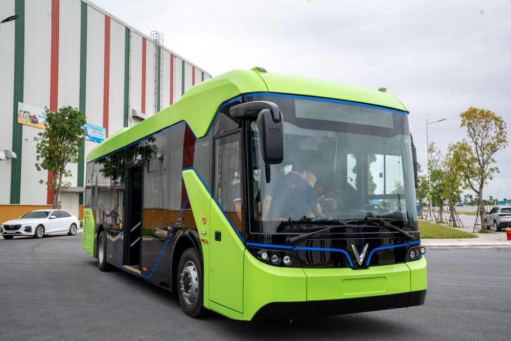 Ngày 20/10, Tập đoàn Vingroup công bố đã chạy thử thành công mẫu xe buýt điện đầu tiên (VinBus) trong khuôn viên nhà máy VinFast (Hải Phòng). Xe trang bị bộ pin 281,9 kWh, sạc đầy trong 2 tiếng bằng trạm sạc 150 kW. Một lần sạc đầy có thể di chuyển tổng quãng đường 220-260 km.