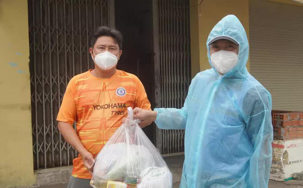 Người lao động gặp khó khăn ở quận Bình Tân nhận quà hỗ trợ từ Trung tâm An sinh TP HCM; Ảnh: Nguyễn Phan
