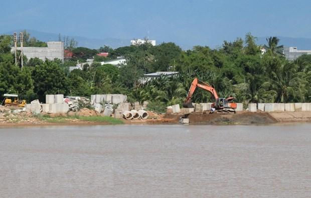 Dự án xây dựng đê kè sông Dinh khu vực huyện Ninh Phước chậm tiến độ. (Ảnh: Công Thử/TTXVN)