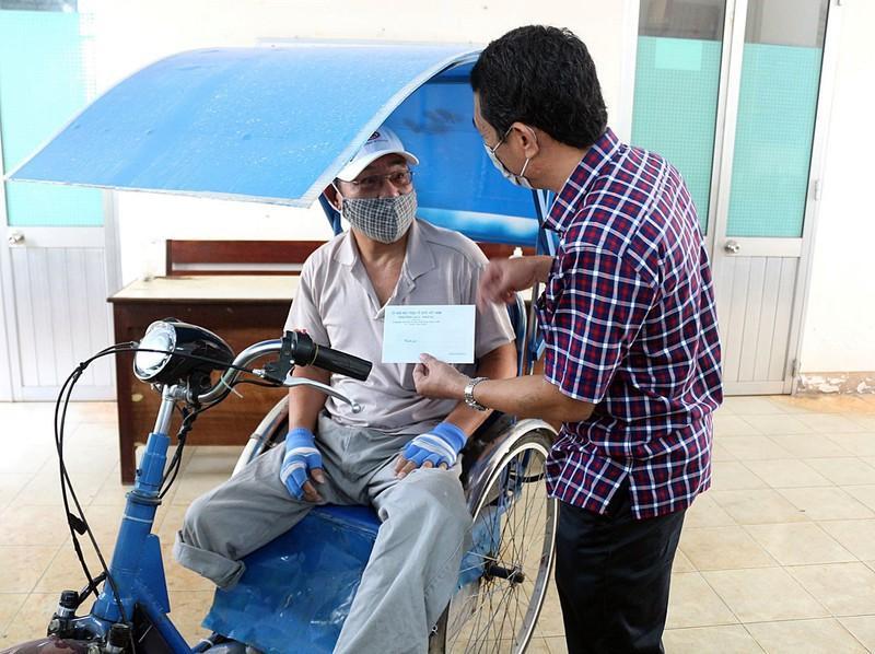 Chi hỗ trợ cho người bán vé số dạo năm 2020 tại Bình Thuận.