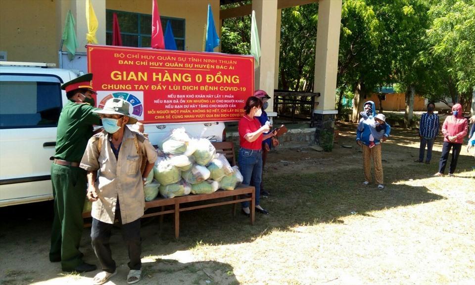 Ban Chỉ huy Quân sự huyện Bác Ái mở gian hàng 0 đồng hỗ trợ nhu yếu phẩm cho người dân. Ảnh: UBND huyện Bác Ái