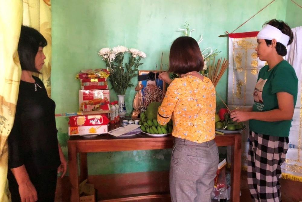 Những ngày qua, nhiều người đã đến thăm hỏi và thắp nén nhang cho nam sinh Nguyễn Cao S. tại xã Thành Hưng, huyện Thạch Thành (Thanh Hóa)