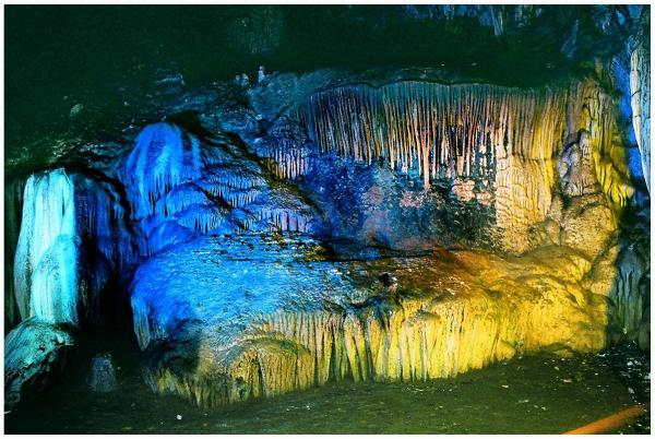 Muôn màu thạch nhũ trong hang Lạng
