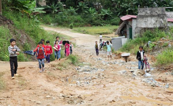 Hình ảnh các em học sinh khu Náy trên đường đến trường