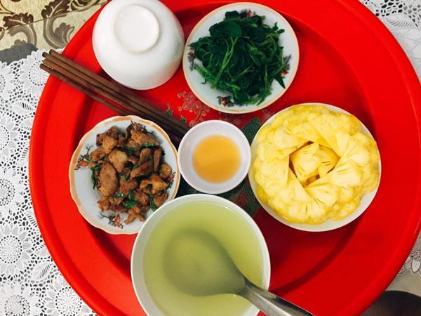 Là một người vợ trẻ, mới kết hôn nhưng Trang vẫn phải tính toán sao cho chi phí bữa cơm phù hợp với thu nhập của hai vợ chồng.