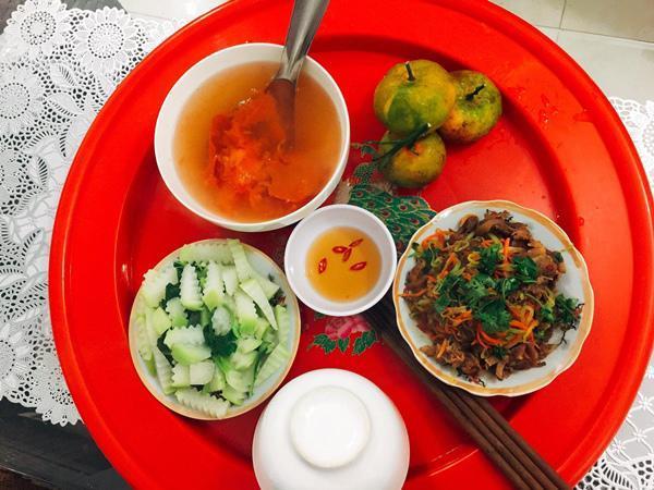 Trung bình mỗi bữa ăn, Trang chi 50 nghìn đồng kể cả gạo, gia vị và tráng miệng