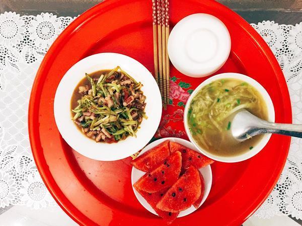 Tuy chỉ là bữa cơm hàng ngày đơn giản nhưng với Trang, cô luôn bỏ tâm huyết của mình vào đó vì cô rất muốn người thân yêu của mình cảm thấy ngon miệng khi ăn.