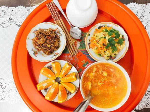 Do đặc thù công việc nên hai vợ chồng Trang chỉ có thể cùng ăn với nhau bữa tối nên cô rất chăm chút cho bữa ăn này.