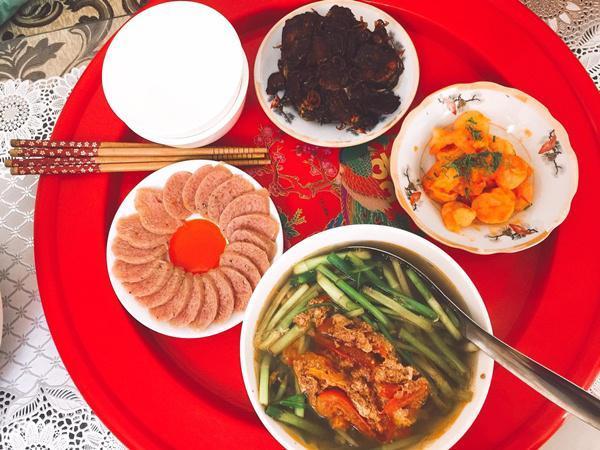 Vì mới cưới được 2 tháng, nhà lại chỉ có hai vợ chồng nên bữa cơm Trang nấu khá đơn giản.