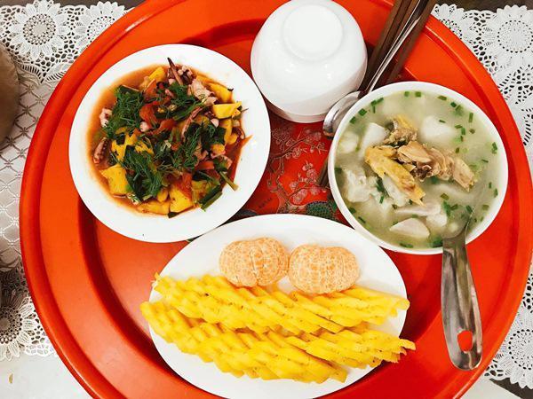 Dù bữa ăn giản dị nhưng chồng rất thích ăn cơm Trang nấu.