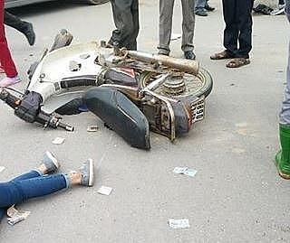 Hiện trường vụ va chạm với xe tải, 2 cô gái đi xe máy thương vong (ảnh FB).