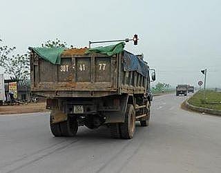 Chiếc xe tải chở đất va chạm với xe máy khiến 2 cô gái đi xe máy thương vong (ảnh FB)