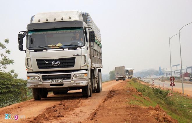 Đê Tam Nông xuống cấp do phải gánh từng đoàn xe tải chạy lên né trạm BOT. Ảnh: Hoàng Cư.