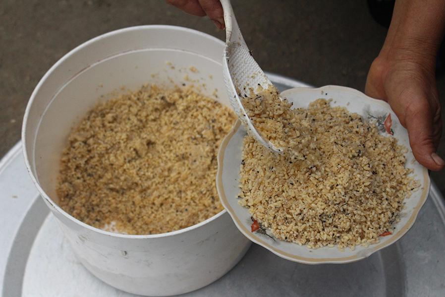 Trứng kiến sau khi lấy về được làm sạch xào săn để làm nhân bánh