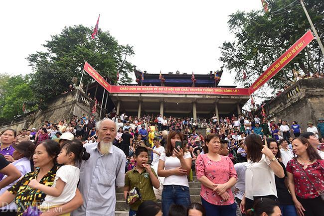 Ngay từ sáng sớm, hàng trăm người dân có mặt tại điểm xuất phát để cổ vũ cho các đội. Ông Tuấn, người dân xã Sông Lô (TP Việt Trì) cho biết: