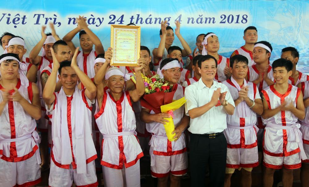 Đồng chí Bí thư thành ủy Việt Trì Nguyễn Huy Hoàng trao giải Nhất cho đội Bạch Hạc 1