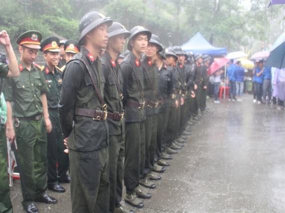 Lực lượng an ninh đứng dưới cơn mưa tầm tã để đảm bảo an ninh trật tự