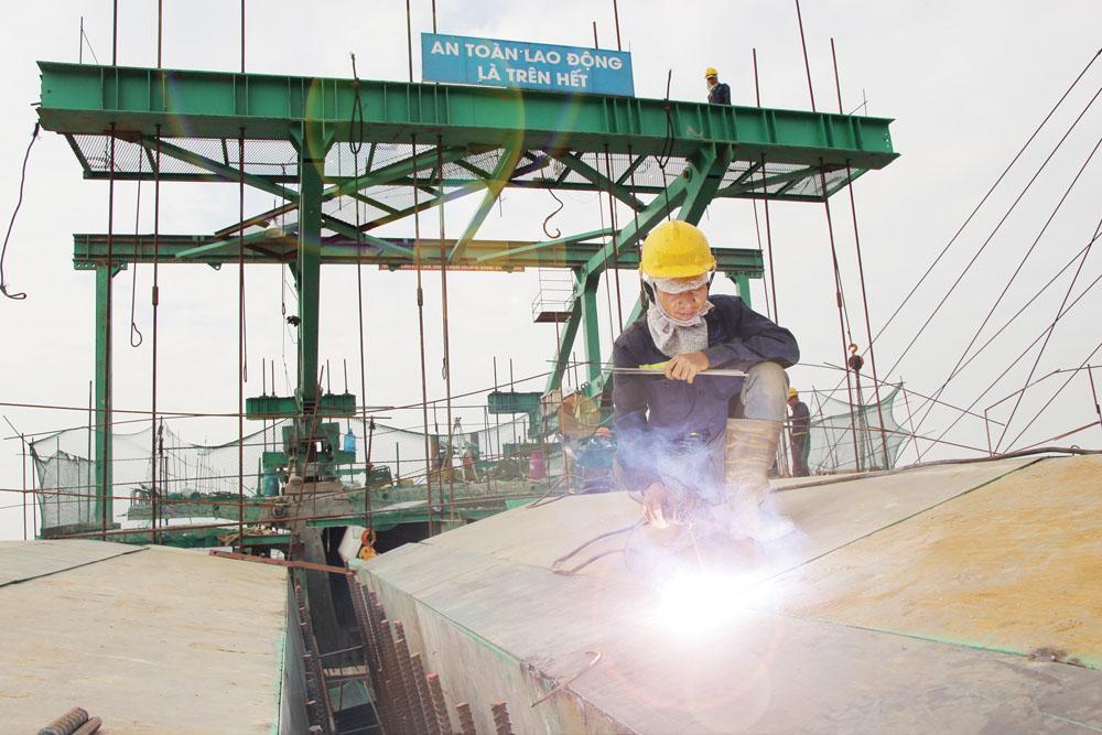 Các công nhân tập trung làm việc đẩy nhanh tiến độ