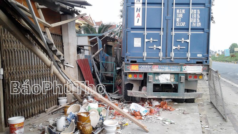 Các quán hàng bị thiệt hại do xe container đâm vào.