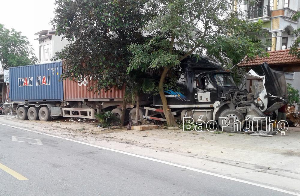 Phần đầu chiếc xe container bị hư hỏng nặng do đâm vào các quán hàng.