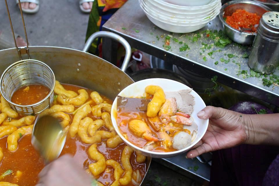 Món bánh nổi khá đặc biệt là bí quyết riêng có trong tô bánh canh ở quán bà Loan.