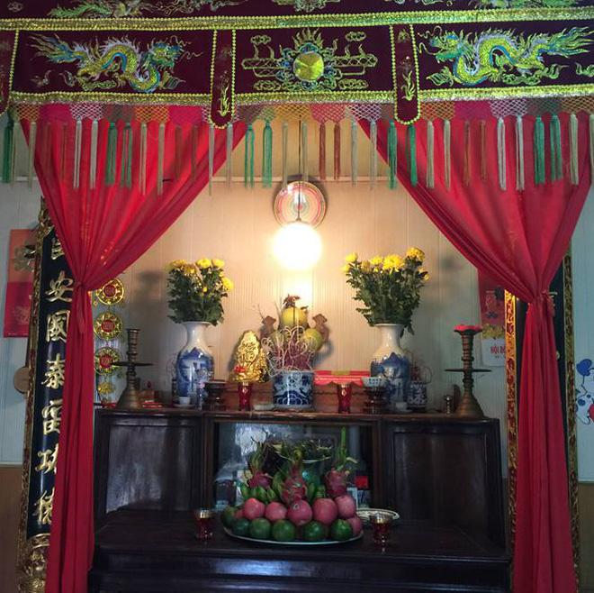 Bàn thờ gia tiên trong ngôi nhà cố Tổng Bí thư Đỗ Mười được gia đình bày biện lại gọn gàng.