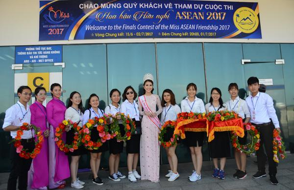Hoa hậu sắc đẹp Châu Á tường Linh sẵn càng cùng các bạn tình nguyện viên đón thí sinh Miss ASEAN 2017 Phú Yên tại sân bay Tuy Hòa.