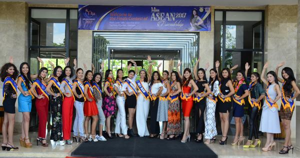 Các thí sinh dự thi hoa hậu Hữu nghị ASEAN trước khách sạn Cendelux chào Tuy Hòa, chào Phú Yên và chào Việt Nam sáng 15/6